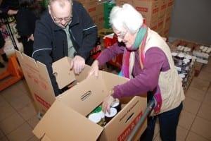 Frivillige i gang med julepakker