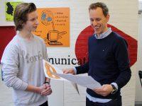 Kristian giver underskrifter til Thomas