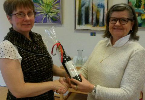 Powerjobsøger Linda Hudson modtager ros og rødvin for sin store indsats som næstformand hos Poerjobsøgerne i Sorø fra medarbejder i sekretariatet Poerjobsøgerne Ann G. Pedersen.