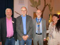 Svenning Dalgaard og glade arrangører. Fra v. Ib Arvin, Vagn Kildsig og Ingse Rasmussen