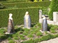 De tre nye kunstværker på Fjenneslev Kirkegård. Foto: Kirsten Jensen